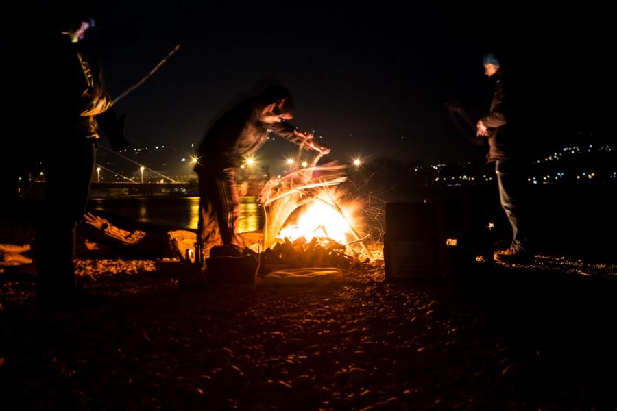 Im Winterhafen Lagerfeuer machen Linz