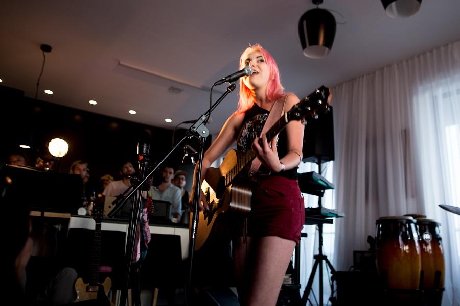 Amelie singt beim Wohnzimmerkonzert Linz